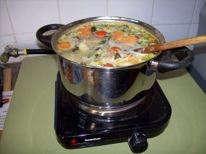Een pan soep betekent klein geluk, hier staat ie te pruttelen op mijn elektrische kookplaat After not being able to cook for many days I found a solution and see how my pan of soup makes me so happy now: I am fully enjoying the moment and I feel so much gratitude!