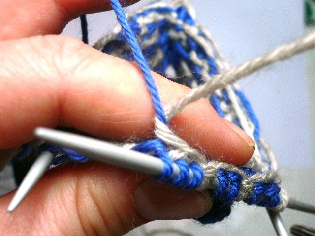 Stranded colorwork- how to anchor long floats.