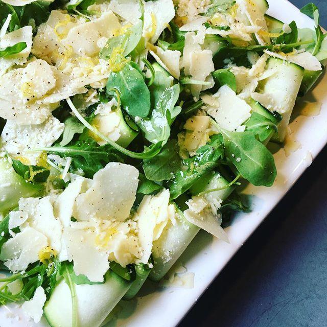 Courgettecarpaccio!! Erg lekker recept van @deliciousnederland ! #courgette #zucchini #courgettecarpaccio  #delicious #deliciousnederland #citroen #rucolla #parmesan #genieten #heltyfood