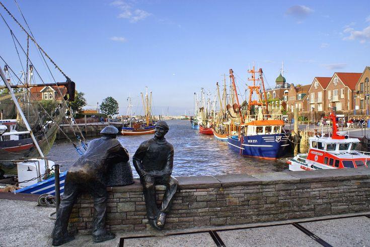 Abendstimmung im Hafen von Neuharlingersiel von Volker Kornels