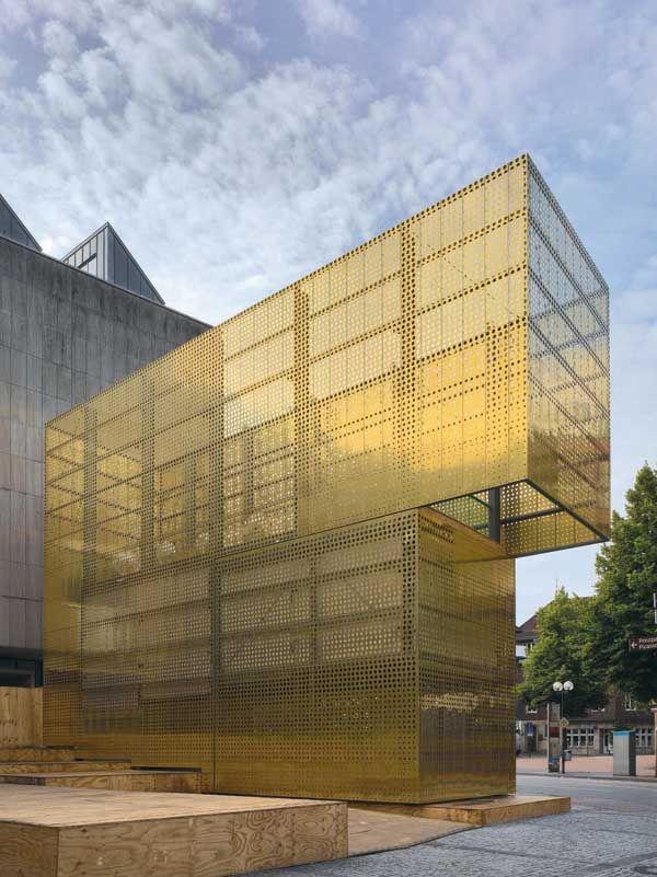 Diese Fassade aus goldenem Lochblech wirkt edel und ist zeitgleich funktional. Switch / Golden Pavilion For Sculpture Projects Muenste