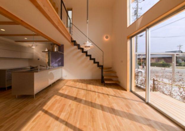 明るい吹き抜けのLDK(『丹羽の家』ヒノキ造りの柔らかな表情の家)- リビングダイニング事例|SUVACO(スバコ)