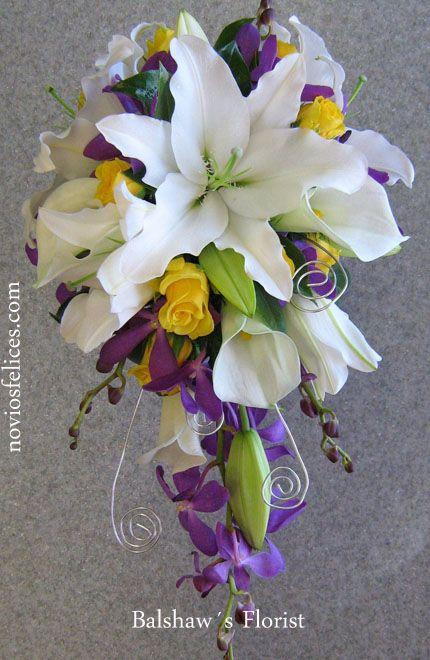 Ramo de novia con lirios orientales blancos, calas blancas, rosas amarillas y orquídeas moradas construído en cascada