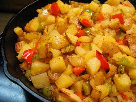 Un preparat de post foarte gustos si usor de gatit sunt deliciosii Cartofi cu ardei la tigaie. Aroma ardeilor confera cartofilor o savoare aparte, ce va tranforma o banala mancare de post intr-un festin culinar. Ingrediente Cartofi cu ardei la tigaie: 500 grame cartofi 2 ardei grasi verzi 2 ardei