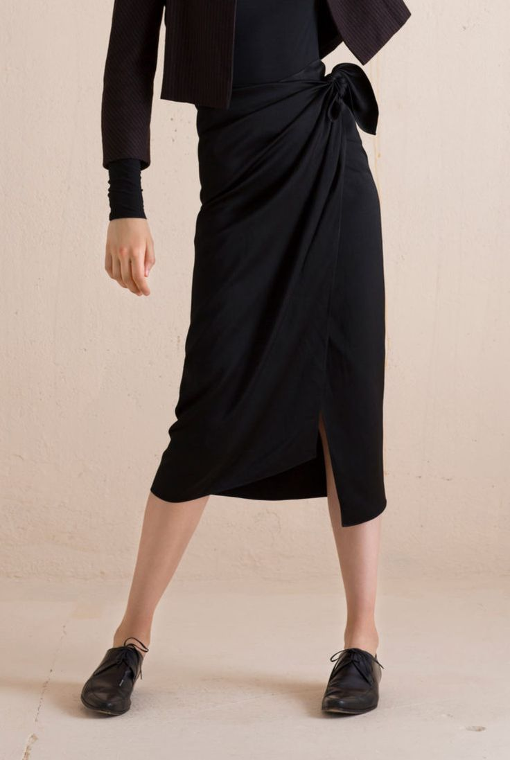 Black pareo like skirt that wraps and ties at the waist made of a linen and viscose blend. This skirt combines with the Spoke jacket of the same material. Ready-to-wear with an artisanal touch, crafted in Barcelona with Italian fabric.