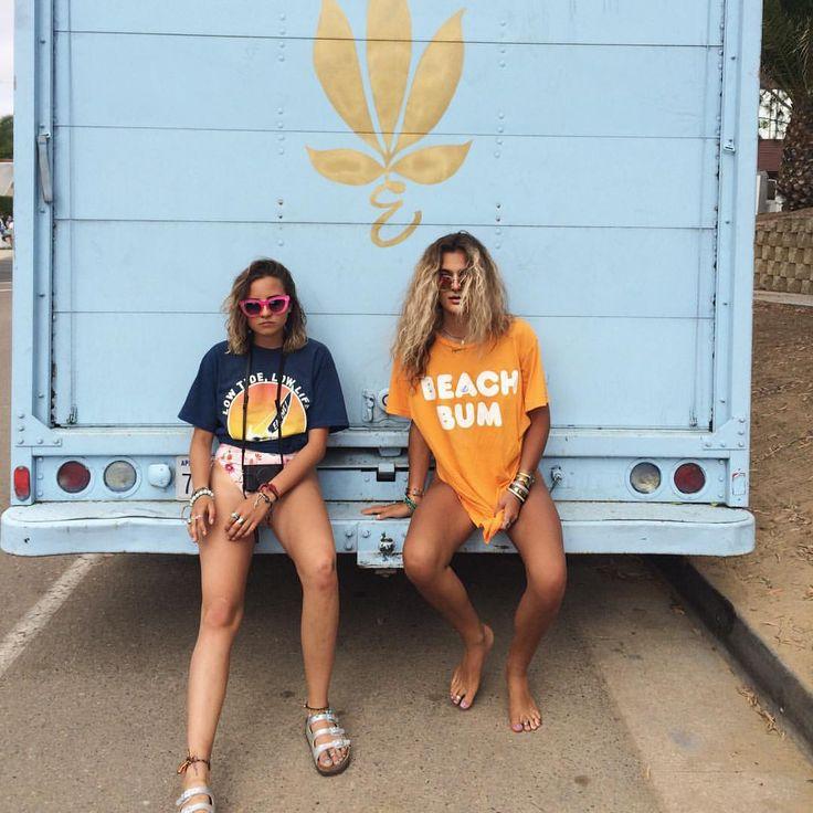 J'ADORE TON STYLE!!! j'aime un tee shirt orange et un tee shirt bleu. Je pense que ces les chaussures son chic.