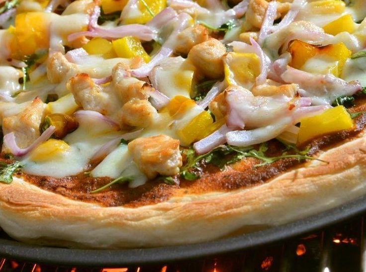 Pizza au dindon grillé, avec roquette, fromage Asiago et sauce tomate-poivrons grillés | Le Dindon du Québec