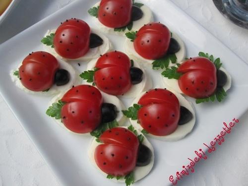 kiraz domates,mozzarella peynir,maydanoz,zeytin ve çorekotu kullanilmistir ;)