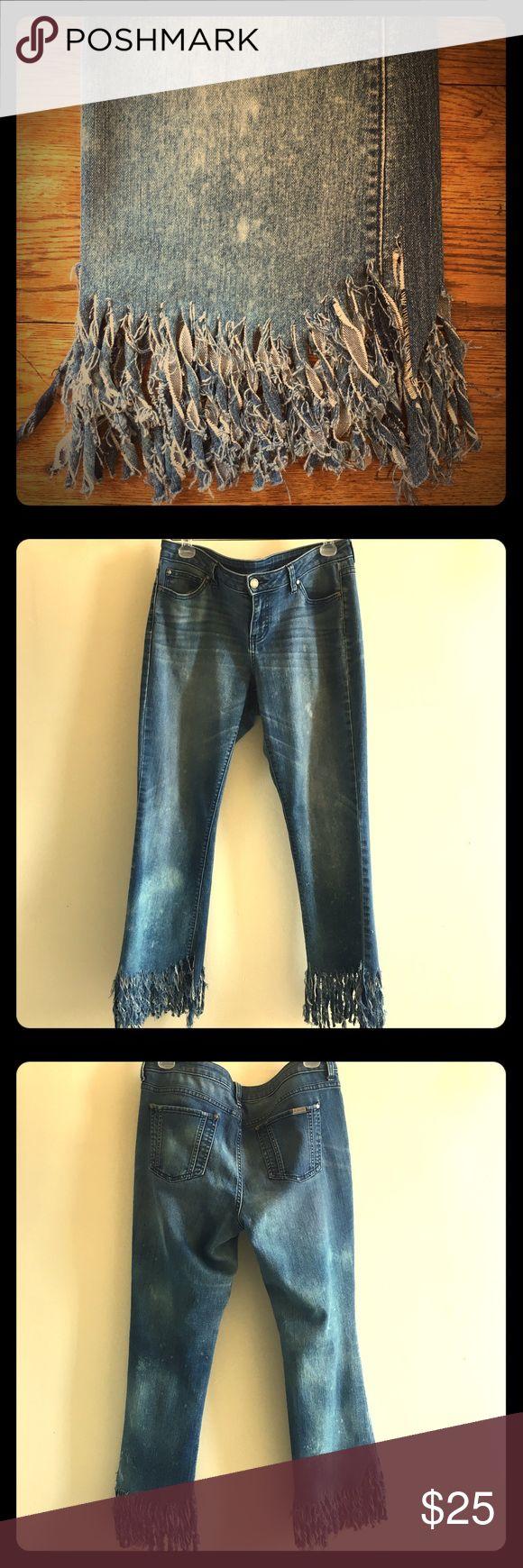 🍑🍑 Boyfriend Jeans, Fringed + Bleach Splattered 🌻🌻Jennifer Lopez Boyfriend jeans, so fun. very good pre-loved condition. fringed + bleach splattered as a diy, slouchy cropped fit. Jennifer Lopez Jeans Ankle & Cropped