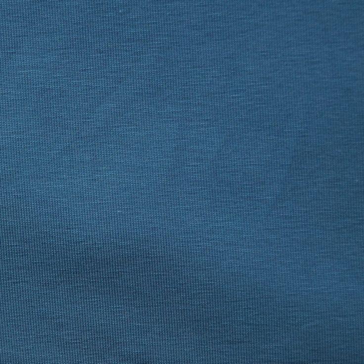 Mooie effen new jeansblauwe tricot. Goede kwaliteit en rekt superfijn. 92% katoen, 8% elasthan. Zowel enkel te gebruiken als in combinatie met een van onze leuke stoffen met een print.  Tip! Je kunt effen tricot ook gebruiken om een boord mee te maken.  Extra informatie verderop de pagina.