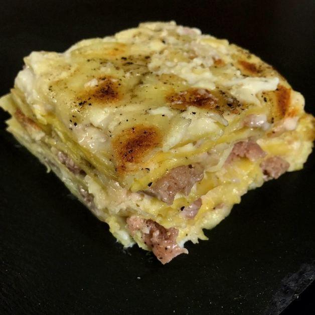 Per la besciamella: burro 50g 5 cucchiai di farina 500ml di latte sale q.b. noce moscata q.b. Per il ripieno: pasta per lasagne pecorino romano q.b. 2 mozzarelle 3 salsicce pepe q.b.