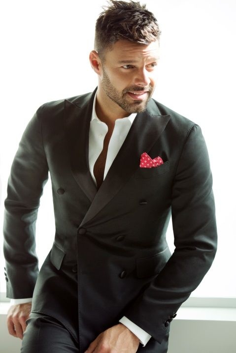 Ricky Martin: Um ponto de cor no lenço traz personalidade ao look sóbrio. Isso já mostra que o cantor tem informação de moda e chama a atenção, fugindo do óbvio.