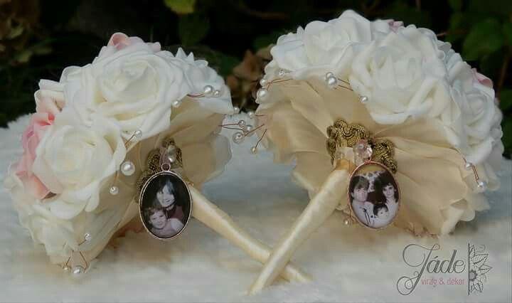 Szülőköszöntő csokrok, a csokorcharmon a menyasszony és a vőlegény gyerekkori képei vannak #szülőköszöntő #esküvő #menyasszony #vőlegény #csokor #wedding #csokorcharm #medál #csokor #jadevirag #bouquet #örökcsokor #motherofthebride #motherofthegroom