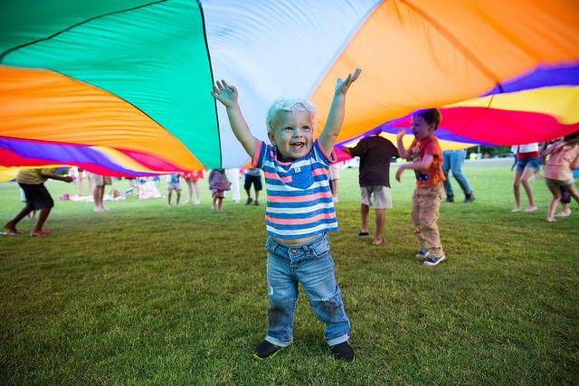 Listado de divertidos juegos para realizar con un paracaídas infantil. Ideal para jugar con niños al aire libre.