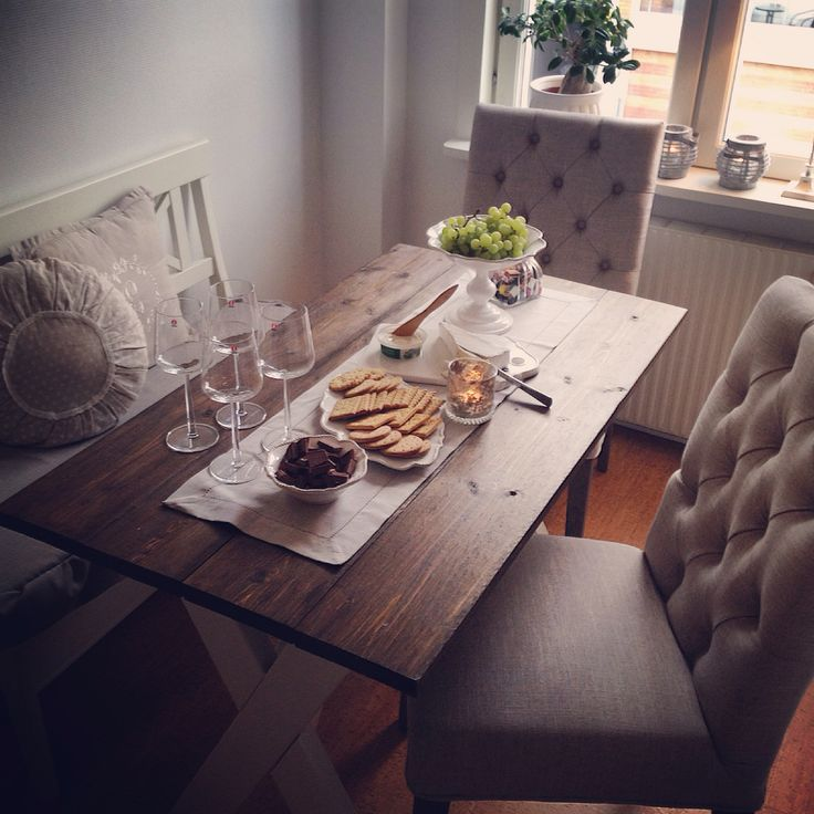 Köksbord trä knappar stolar Kitchentable