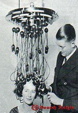 Verschiedene Techniken für gelocktes Haar, 1930 - 1938, viele von ihnen kamen als Trends in der Beauty-Salons in Deutschland vor dem Krieg.  Different techniques for curling hair, 1930 - 1938, many of them came as trends in beauty salons in Germany before the war
