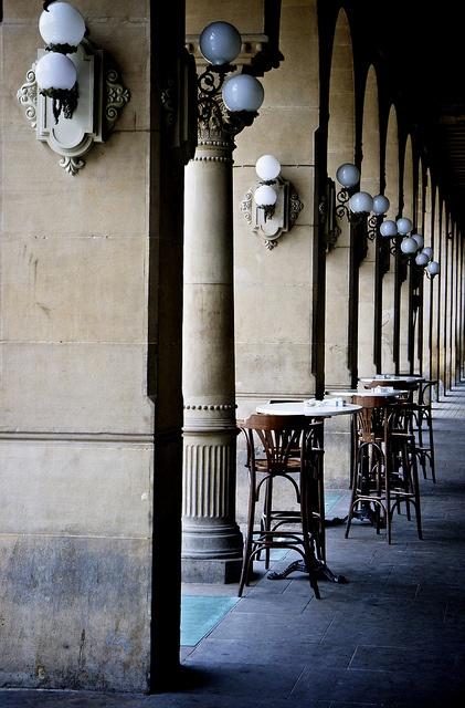 Café Iruña en Pamplona.  He caminado en una terraza como este.  Es probable que personas disfruten comer aqui mucho.