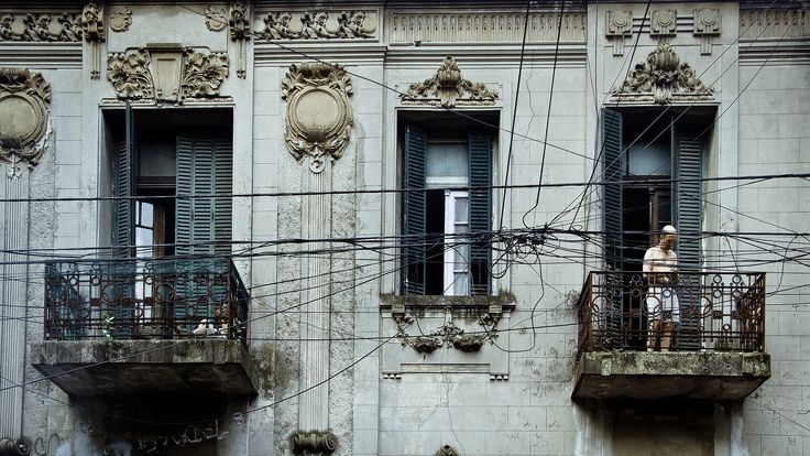 https://flic.kr/p/jKyWKv | Three windows | Calor, 40 grados centigrados, 18 hs.  Buenos Aires es una ciudad contradictoria. Conviven en ella el orden con el caos;  lo moderno con lo  antiguo, como consecuencia de  la desidia y la dejadez. Es una ciudad que lo tiene todo aunque  a la vez está incompleta. Es cosmopolita, tierra del tango, del fútbol y del psicoanálisis; está en guerra con ella misma todos los días.  En la foto se puede ver la arquitectura  art nouveau de hace 100 años…