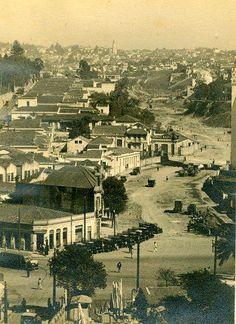 1935 - Avenida 9 de Julho. Visão a partir do centro em direção ao bairro do Bexiga (Bela Vista). No alto da foto no horizonte ao fundo destaca-se visivelmente a torre da Paróquia Divino Espírito Santo na rua Frei Caneca.