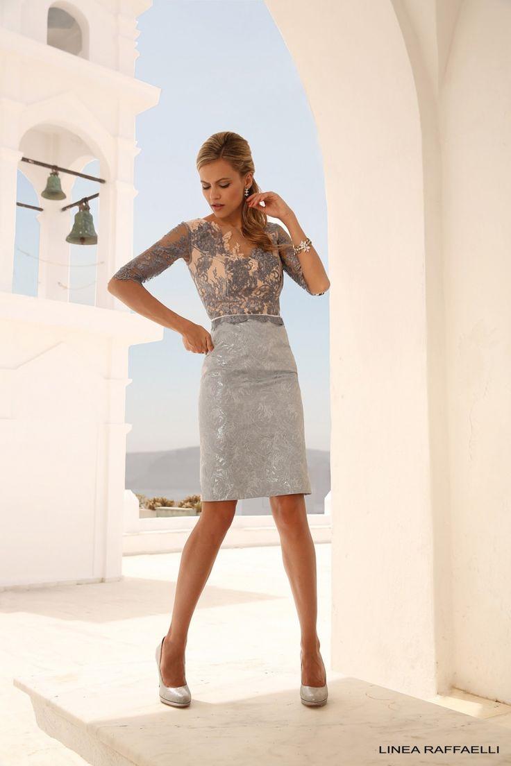 Linea Raffaelli cruise collection 16-17-set406 - dress 161-678-01 nb Heel chic deze jurk in de kleuren wit, roze en grijs. Het roze onderlijfje heeft een V-hals met daarover heen een grijs topje van grijze transparante kant. Opvallend detail de korte peplum met smal bandje in de taille. De witte rok met ingeweven bloem dessin past mooi bij deze moderne jurk.