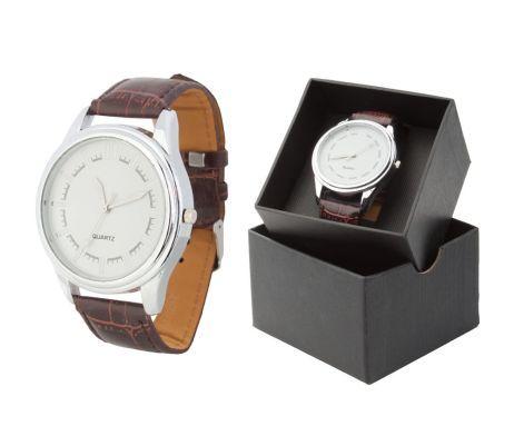Luxusné pánske strieborné hodinky v okrúhlom tvare s hnedým remienkom. Tieto nádherné analógové hodinky pre pánov majú moderný štvorcový vzhľad a remienok s imitácie kože. Dodávané v darčekovej krabičke. Potešte seba alebo svojich blízkych krásnymi hodinkami. Tieto moderné analógové hodinky Vás uchvátia svojim nádherným a elegantným vzhľadom.