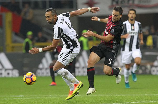 Medhi Benatia of Juventus FC competes for the ball with Giacomo Bonaventura of AC Milan during the Serie A match between AC Milan and Juventus FC at Stadio Giuseppe Meazza on October 22, 2016 in Milan, Italy.