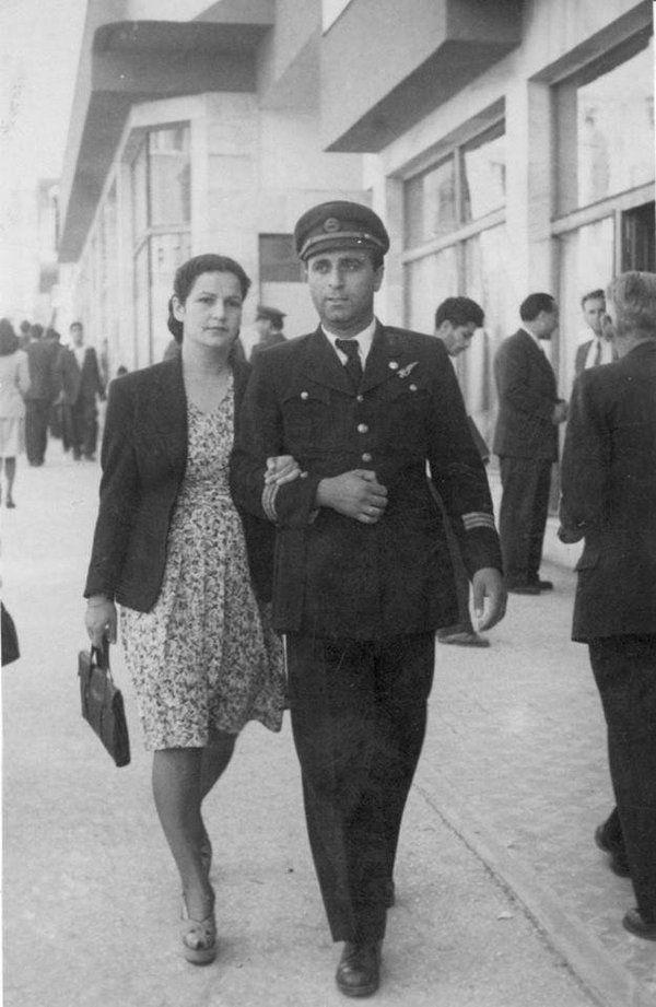 1941  Ankara Anafartalar caddesinde. THK Türkkuşu'nun efsane pilotlarından Avni YAYKIN ve eşi bir gezintide.