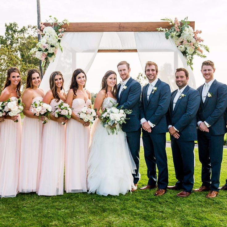 You can never go wrong with a blush pink and navy blue wedding party. Photography: True Photography
