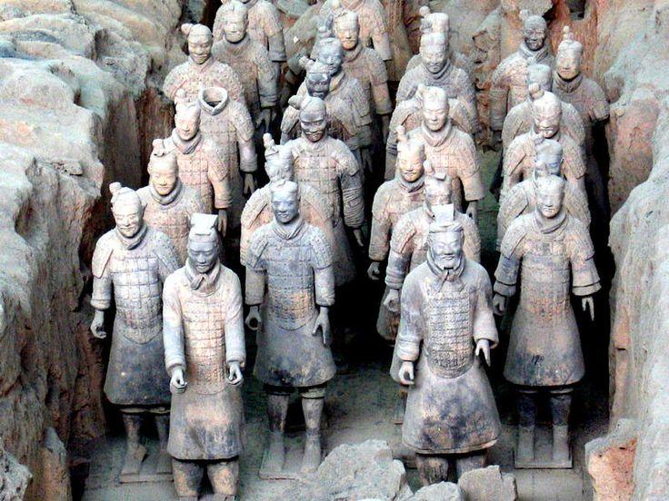 Ejército de terracota, Xi'an - China. El Ejército de Terracota del primer emperador de China fue seguramente el mayor descubrimiento arqueológico de la segunda mitad del S XX: no es una estatua sino un verdadero ejército de miles de estatuas con las que se enterró Qin Shi Huang, en una inmensa demostración de poder incluso más allá de la vida. Cada una de las 8.000 estatuas tiene su propio rostro y por así decirlo, una identidad | Foto: Ingo.staudacher/Wikipedia