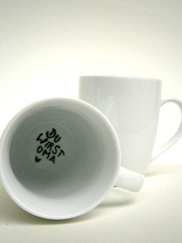 schlichte, weisse Tasse  auf dem Grund der Tasse steht die frohe Botschaft : Du wirst OMA ♥  Aufschrift: schwarz  Perfekt als Überraschung für die Grosseltern !  Natürlich gibt es diese Tasse auch...
