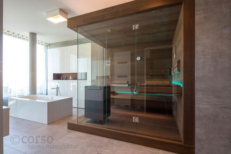 """Atemberaubende Design Sauna mit frei schwebenden Liegen und harmonischem Lichtkonzept im Penthouse. Durch den Kontrast von dunkler Thermo-Eiche und heller Keramik wird die Sauna zum echten Design-Möbelstück. Mehr Inspirationen im """"corso Showroom"""" - reinklicken! #Designsauna #Saunakabine #SaunaimBad #SaunamitGlasfront #SaunanachMass #Saunainspiration #Luxussauna #luxuriöseSauna #individuelleSauna #individualsauna #luxurysauna #Дизайнсауна #Саунавваннойкомнате #роскошныесауны"""