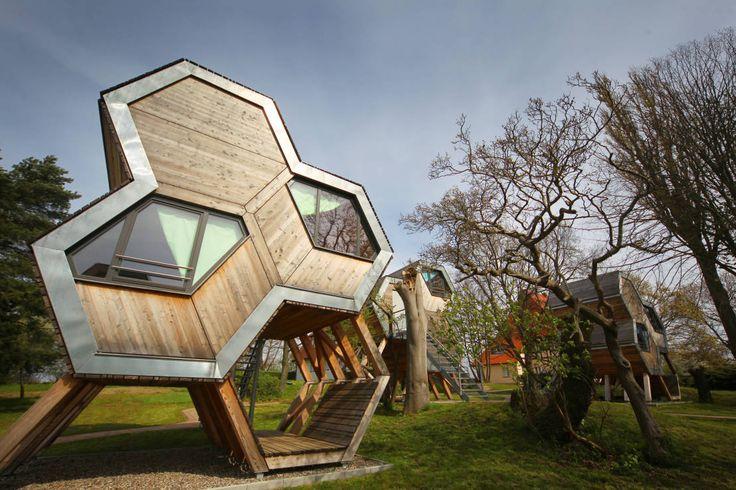 Ein Design-Urlaub für 99 Euro an der Ostsee macht das Baumhausdorf in Beckerwitz möglich. Billiger Urlaub und eine Designunterkunft werden hier vereint.