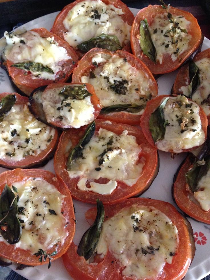 Pizzas de berenjena, tomate, queso crema y albahaca **Eggplant, tomato, cream cheese and basil pizzas
