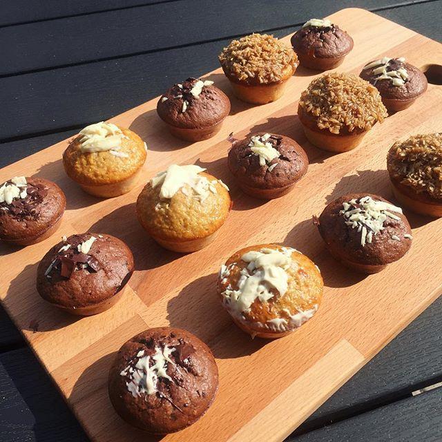 proteinmuffins Chokolademuffins, drømmekage-muffins, bananmuffins med hvid chokolade. Mmmmh. Grundopskriften er 1 scoop proteinpulver, 50g havregryn, 2 bananer, 60g skyr, 2æg, 2spsk pure gold fra @bodylab, 1 tsk bagepulver, 1 knivspids salt. Blendes og bages i 25min på 200 grader. TIP: Du kan tilføje forskellige ingredienser såsom kokosmel, kanel, æblestykker, variere smag af proteinpulver, tilføje rå kakaopulver eller putte friske bær i. Så kan du nem...