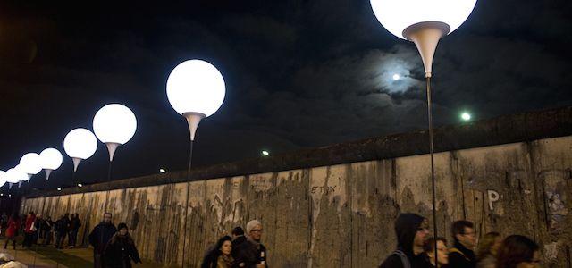 Risultati immagini per muro di berlino palloncini