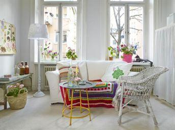 Soffan är en av Ikeas utgångna modeller, Tomelilla, 250 kronor, Blocket. Randig kudde, 475 kronor, rosa korg, 165 kronor, Afroart. Pall, 975 kronor, kopparbricka, 1 495 kronor, In the mood. Lampfot, 399 kronor, Berry. Vit korgstol, 200 kronor, Stockholms stadsmission. Pläd, 149 kronor, korg, 49 kronor, Ikea. Kaffekopp, 25 kronor, flaskor med ljus i, 55 kronor, Myrorna. Pläden är virkad med garnet Molly från Järbo garn. Övrigt privat.