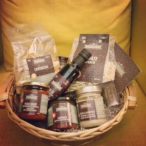 A basket full of delicious Sicilian artisan products. Take it before leaving! #sicily #gourmet #store #food #pesto #cream #oliveoil #sauce #cookies #biscuits #condiments #syracuse #ortigia #tourism