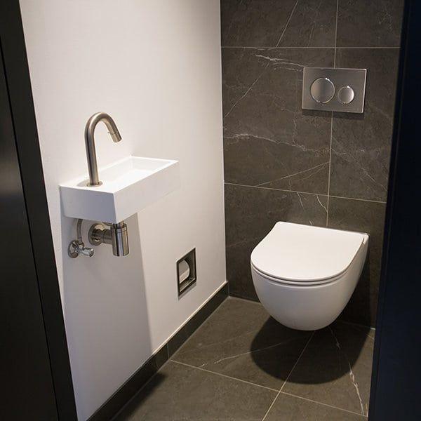 Mat wit toilet De Eerste Kamer. Achterwand betegeld, muren strak wit