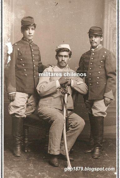 soldados de caballería chilena, parecen ser del Carabineros de Yungay, el que se encuentra sentado tiene el rango de cabo en traje de brin completo, mientras los que están de pie tienen una combinación del uniforme de paño con pantalón de brin