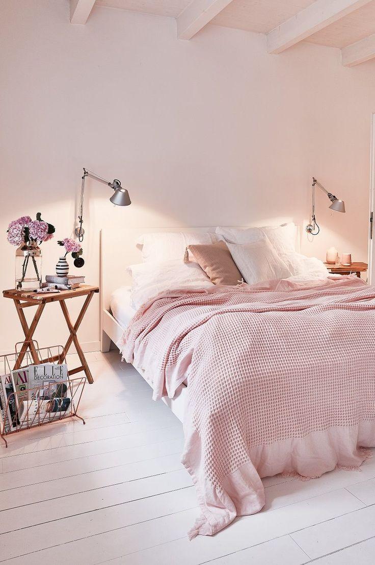 In Diesem Traumhaften Schlafzimmer Kann Man Sich Nur Wohlfühlen. Frische  Blumen,