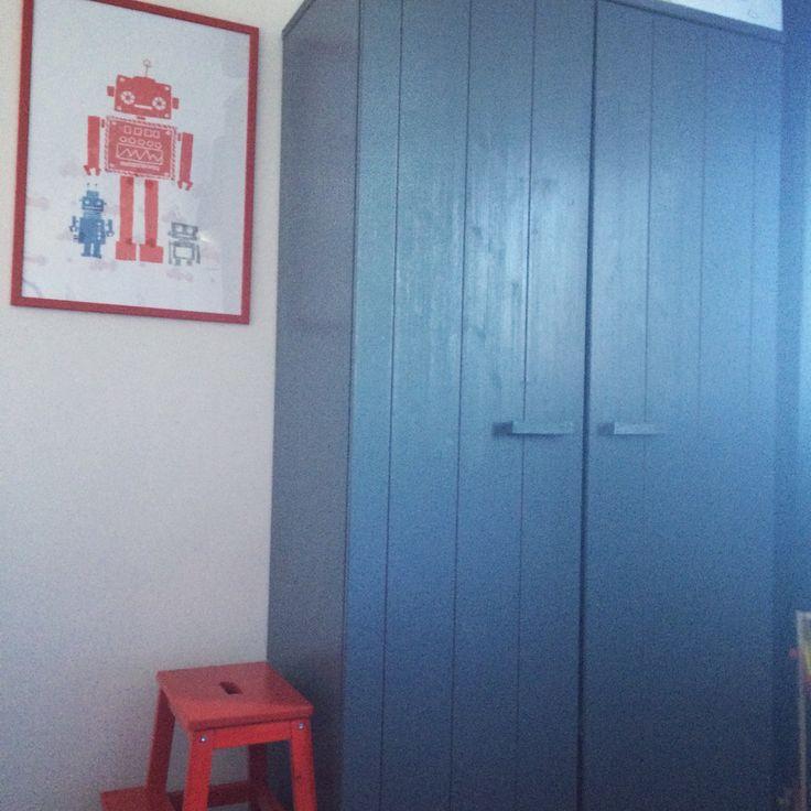 Kast van woood poster en lijst van Ikea opstapje Ikea rode kinderkamer brandweer kinderkamer styling jongenskamer slaapkamer jongen