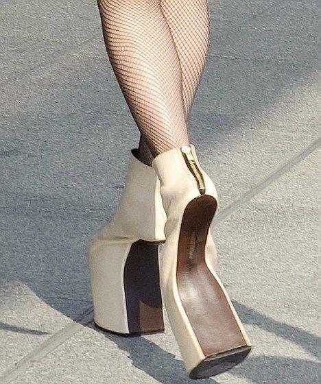 : Fashion Shoes, Lady Gaga Shoes, Crazy Shoes, Shoes Design, Strange Sho, Crazy High, Weird Shoes, High Heels, Walks In
