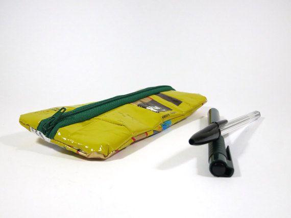Gelbe Federtasche recycelte Tasche Schule von ABAGUpcycling auf Etsy