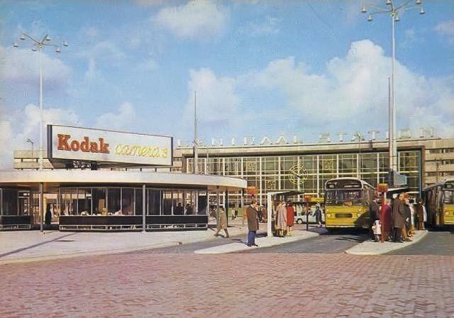 1970 Station Rotterdam Centraal. Plein waar bussen en trams vertrekken. Links was een taxi standplaats