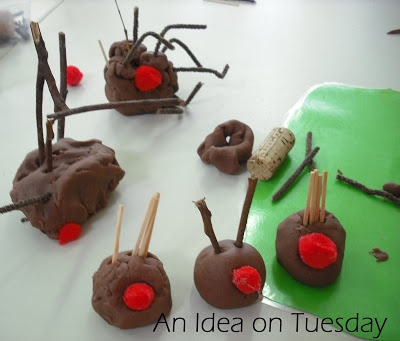"Can't resist pinning these playdough reindeers too ("",) Great Christmas kids play activity"