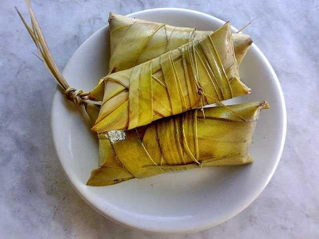 0PartagesLe Khao Tom Mad (ข้าวต้มมัด) est un délicieux désert traditionnel thaïlandais fait à partir de riz gluant, de banane, de lait de coco, le tout emballé dans une feuille de bananier. Ça a le même format et c'est un peu comme un Mars mais en beaucoup plus sain ! On trouve des Khao Tom Mad …