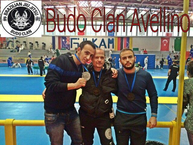 Open bjj Napoli 2015 Imbimbo Roberto bronzo Govetosa Carmine bronzo Pisacane Bruno argento Tre medaglie per sei partecipanti, un buon risultato anche per gli altri tre partecipanti della nostra palestra che hanno lottato bene pur non ottenendo una medaglia. Avanti cosi