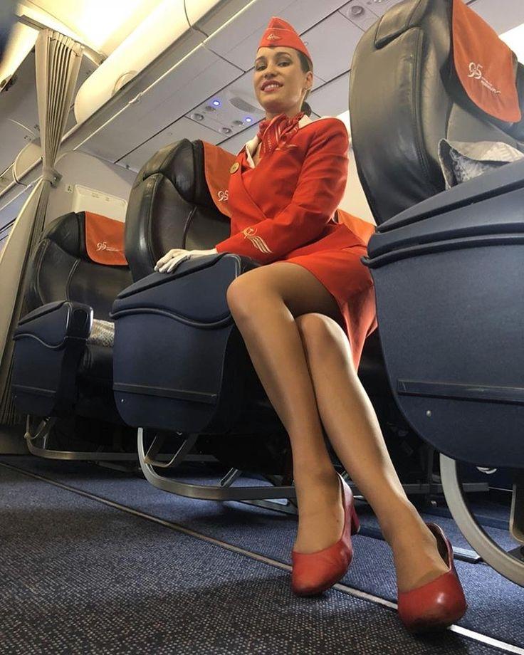 Стюардессы показывают ножки