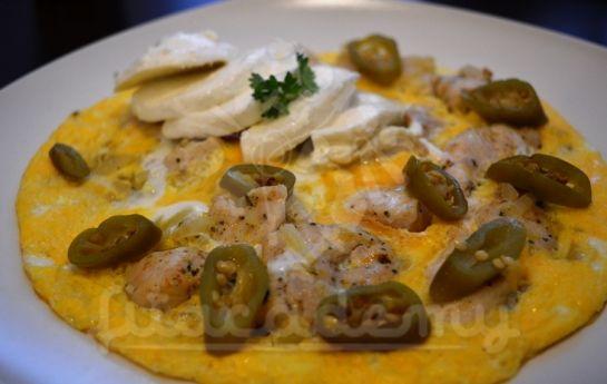 1 kurací plátok 1/2 mozzarely 1/2 cibule 2 vajcia feferónky alebo čili papričky olivový olej grilovacie korenie  Počet porcií: 1  Čas prípravy: 10 minút  Na troške olivového oleja orestujeme cibuľku a kuracie mäso, okoreníme. Keď sa mäso zatiahne, zalejeme ho rozšľahaným vajíčkom, prikryjeme a pár minút dusíme. Na tanieri ochutíme mozzarelou, feferónkami a čerstvými bylinkami.