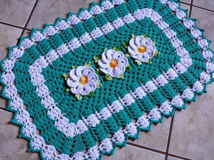 Lindo Tapete de crochê confeccionado em barbante nº 06 na cor Verde Jade e Branco, com flores Bergamota no centro.    Pode ser feito em diferentes cores e tamanhos.